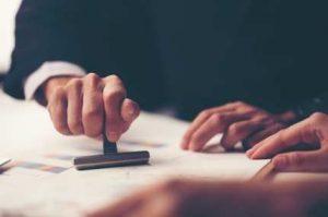 Para que una traducción sea jurada, debe hacerla un traductor jurado oficial